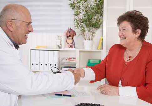 Hausarzt begrt seine senior Patientin mit Handschlag